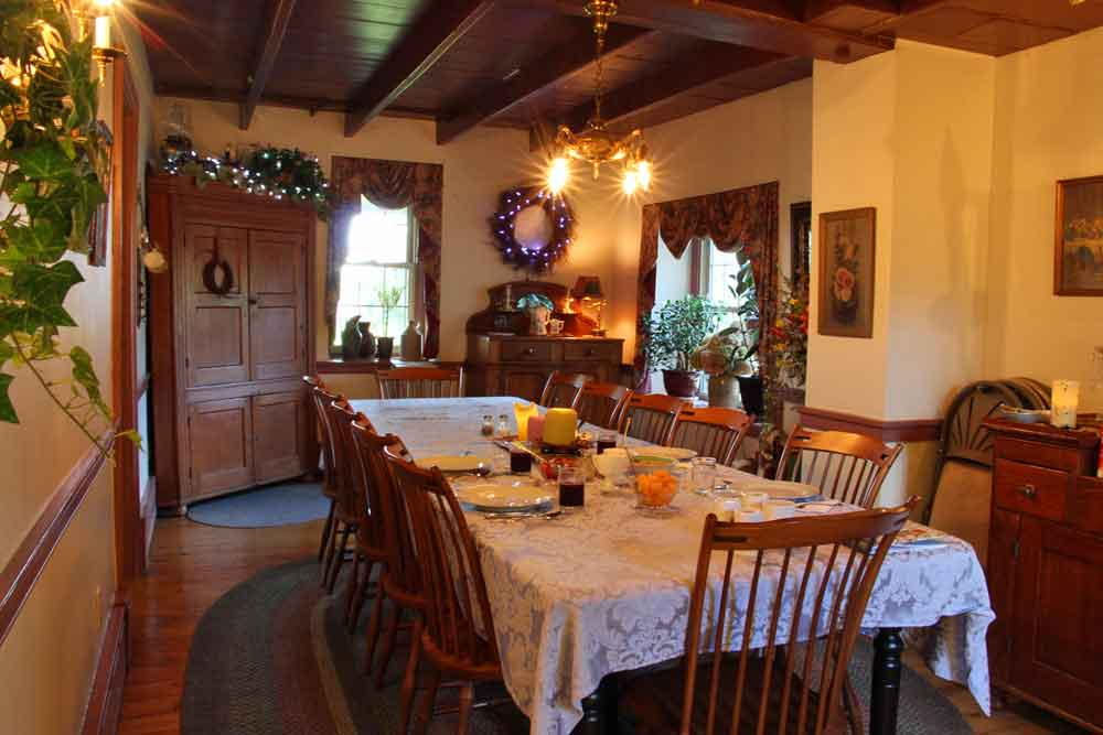 Olde Stone Guesthouse breakfast room
